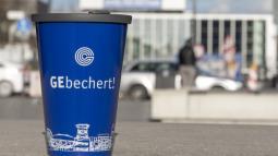 Kaffee zum Mitnehmen im umweltfreundlichen GE-Becher